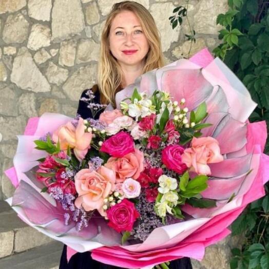 Букет из роз, альстромерий и гиперикума