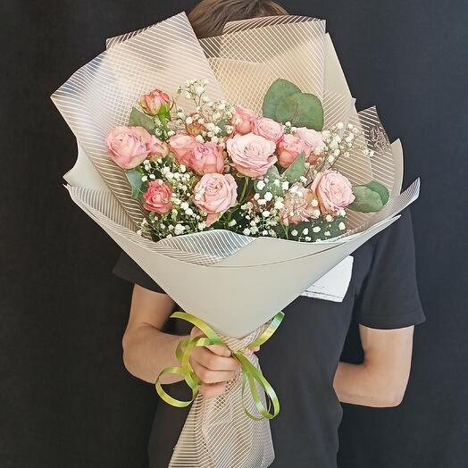 Букет из 5 кустовых роз и гипсофилы