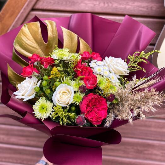 Букет с розами и монстерой «Золотая осень»