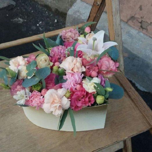 Коробка с гвоздикой,эустомой и лилией: букеты цветов на заказ Flowwow