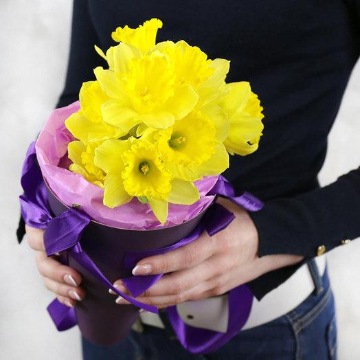 Букет из нарциссов в кулёчке: букеты цветов на заказ Flowwow