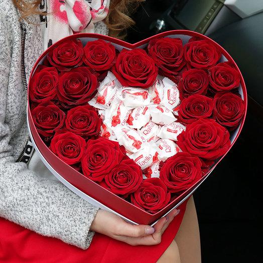 Композиция из красных роз и конфет Раффаэлло в сердце: букеты цветов на заказ Flowwow