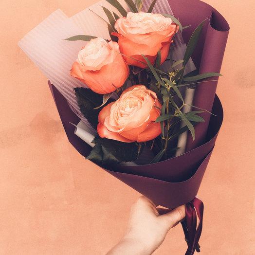 Монобукет из роз и веточкой эвкалипта : букеты цветов на заказ Flowwow