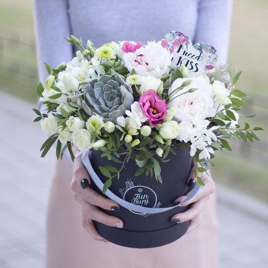 Цветы в шляпной коробке «Белые ночи»
