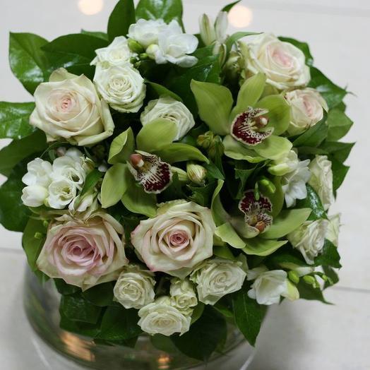 Букет из орхидеи (цимбидиум), розы и фрезии: букеты цветов на заказ Flowwow