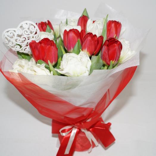 Букет из красно-белых пионовидных тюльпанов: букеты цветов на заказ Flowwow