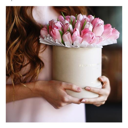 39 розовых тюльпанов в шляпной коробке: букеты цветов на заказ Flowwow