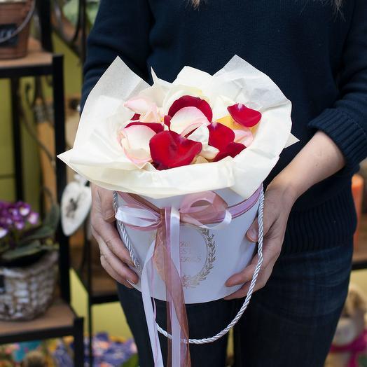 Лепестки роз в шляпной коробке: букеты цветов на заказ Flowwow
