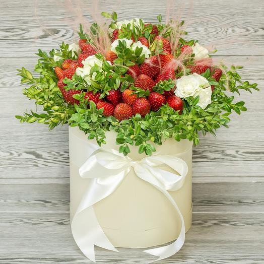 Клубника с цветами в шляпной коробке: букеты цветов на заказ Flowwow