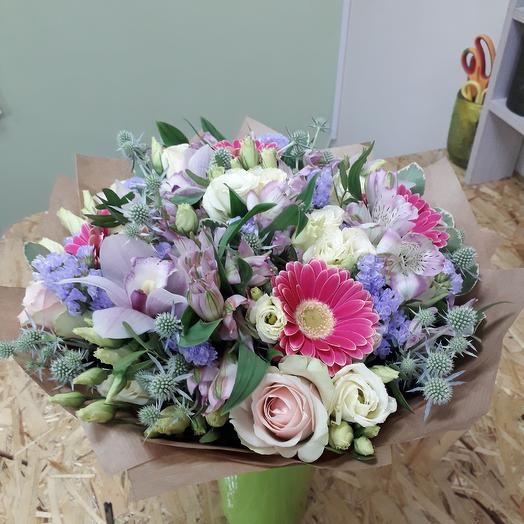 Букет с сиреневой орхидеей, розами и гермини