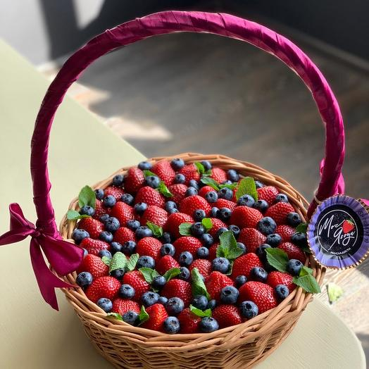 Корзина с ягодами: букеты цветов на заказ Flowwow