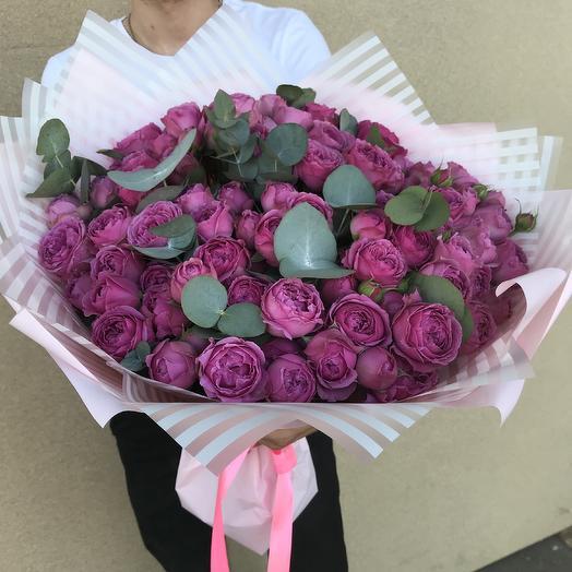 Букет из 29 веток кустовых пионовидных роз с эвкалиптом: букеты цветов на заказ Flowwow