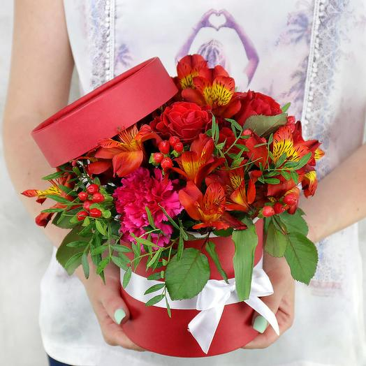 Композиция из роз, гиперикума и альстромерий в шляпной коробке