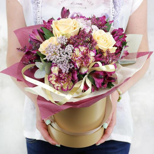Композиция из роз, гвоздик и альстромерий в шляпной коробке