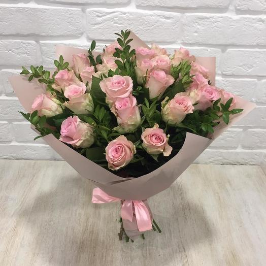 Букет нежно-розовых роз с зеленью