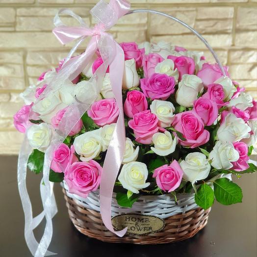65 роз в корзине