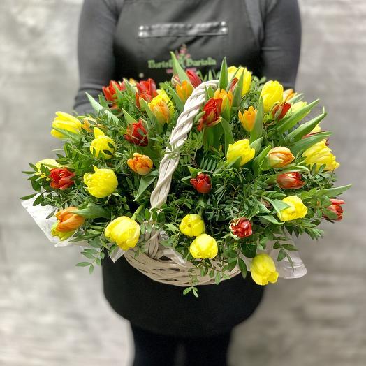 Яркая корзина Тюльпанов: букеты цветов на заказ Flowwow