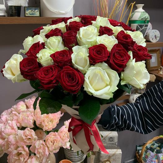 Букет из 49 красных и белых роз