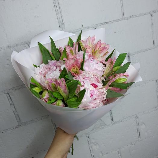 Пионы и альстромерия в букете: букеты цветов на заказ Flowwow
