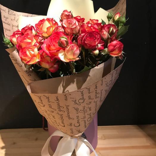 Букет  из кустовых  роз  в упаковке