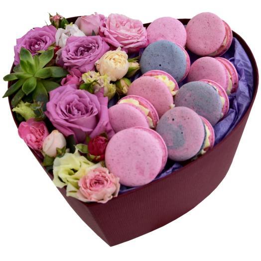 Коробка сердце  с пирожными макарунс, цветами и сукулентом