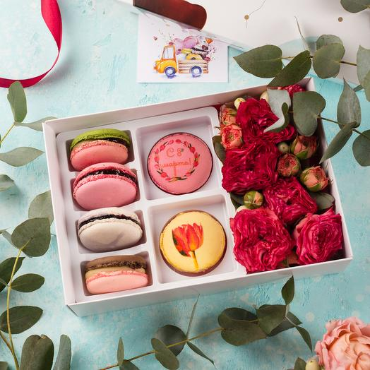 Подарочный набор 6 макарон и цветы