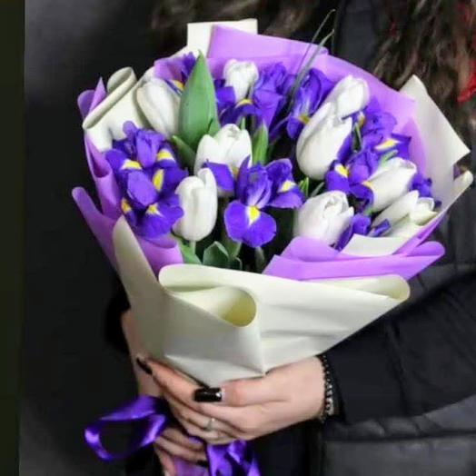 Ирисы и белые тюльпаны