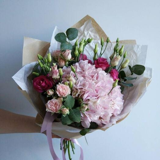 Букет из гортензии и кустовых роз