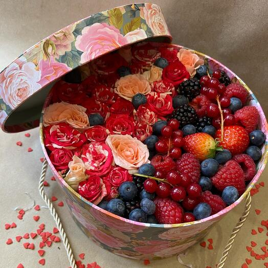 Розы и ягоды в коробке
