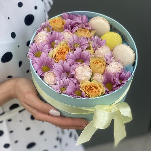 Коробочка Фуджи с кустовыми розами и macarons