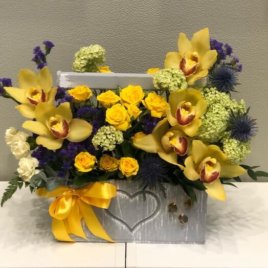 Композиция с орхидеей и кустовой розой