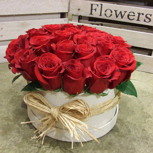 Шляпная коробка красные розы: букеты цветов на заказ Flowwow