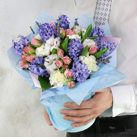 Композиция Тельцу из гиацинтов гвоздик и роз в голубой шляпной коробке