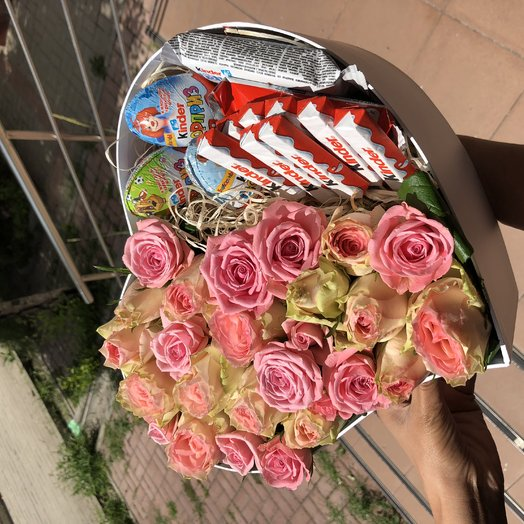 Сердце из роз со сладостями: букеты цветов на заказ Flowwow