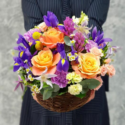 Корзина с ирисами, гиацинтами и розами