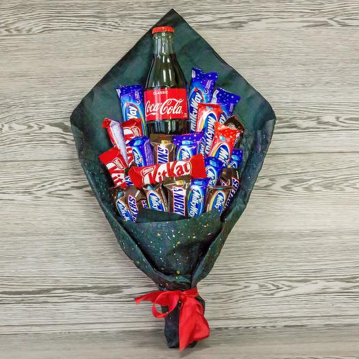 Букет с Coca-Cola и конфетами: букеты цветов на заказ Flowwow