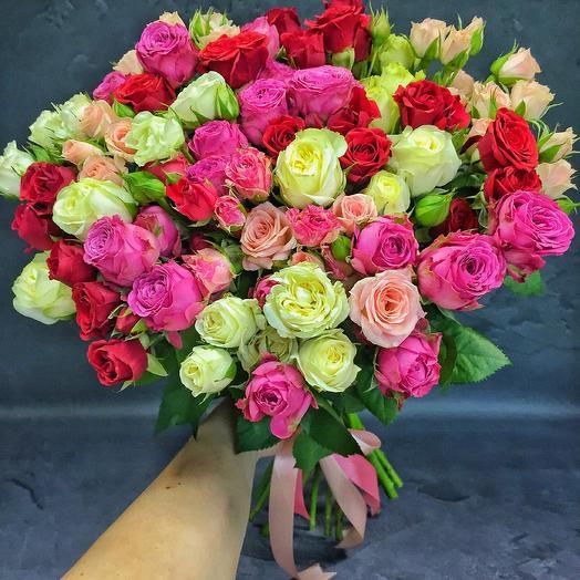 Букет из 25 разноцветных кустовых роз 60 см: букеты цветов на заказ Flowwow