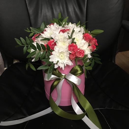 Микс из роз и хризантем в розовой шляпной коробке: букеты цветов на заказ Flowwow