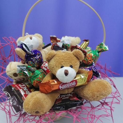 Корзинка с мишками и конфетами