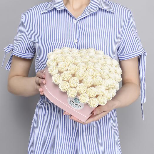 Шляпная коробка-сердце из 55 шоколадных роз S55-R-B