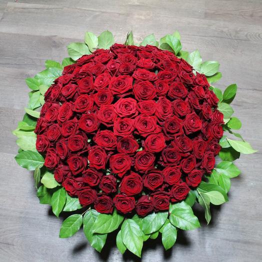 Корзина траурная 100 роз