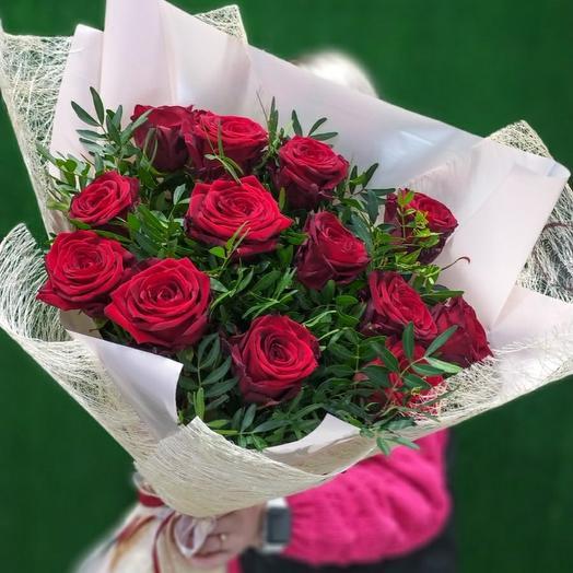 13 бордовых роз в оформлении