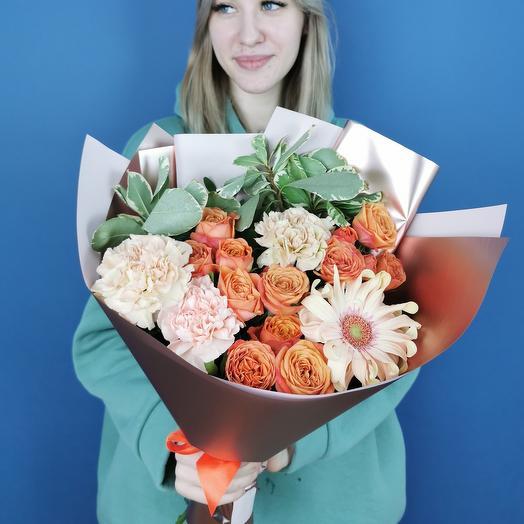 Сборный букет с кустовыми розами и диантусом