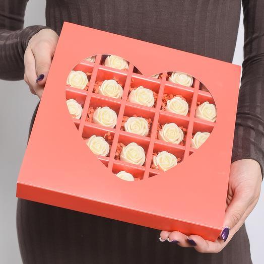 Красная мини-коробочка в форме сердца с 25 шоколадными (белыми) розами MS25-K-B