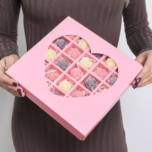 Розовая мини-коробочка в форме сердца с 25 шоколадными розами (белые, розовые, фиолетовые) MS25-R-BRF