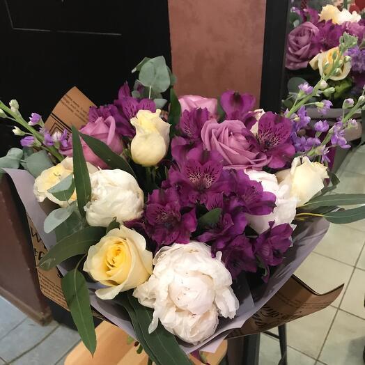 Букет с пионами, розами и альстромериями