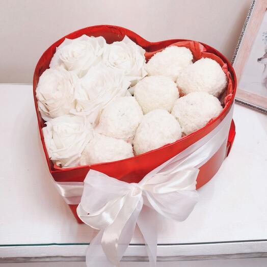 Цветы в коробке с пироженным Рафаэлло