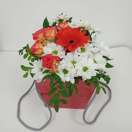Коробочка с розочкой, герберой и хризантемой