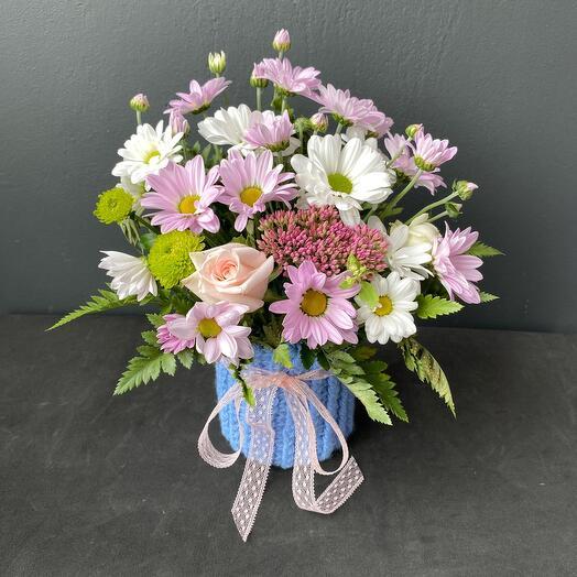 Цветы в вязаном кашпо