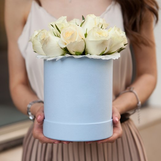 Шляпная коробка с белыми розами